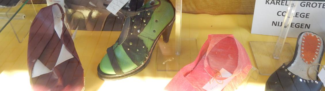 Schoenen van leerlingen in etalage schoenmakerij Tweehuyzen